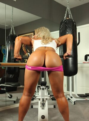 Turned on bodybuilder xxx star works on a special machine with dildo attached